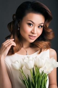 Молодая красивая стильная женщина в свадебном платье