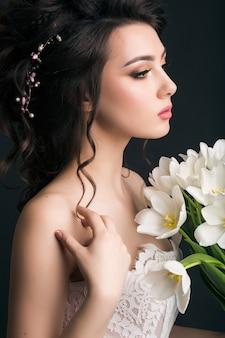 웨딩 드레스에 젊은 아름 다운 세련 된 여자