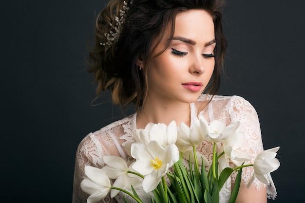 ウェディングドレスの若い美しいスタイリッシュな女性