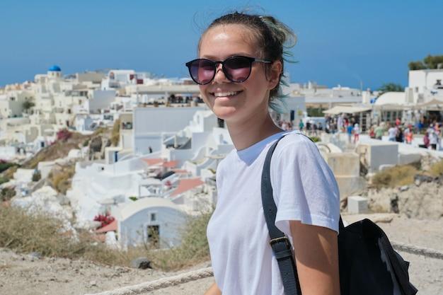 그리스 섬을 방문하는 젊은 아름다운 관광