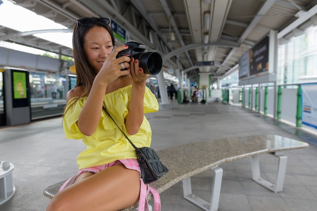 Молодая красивая туристическая женщина, изучающая город бангкок