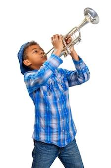 Молодой красивый трубач играет джаз. джазовый трубач.
