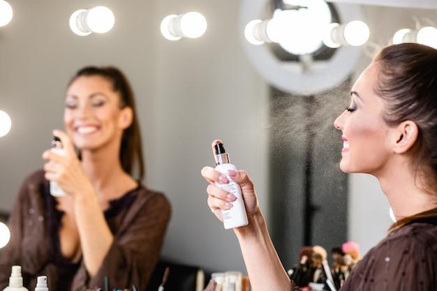 젊은 아름다운 여자와 전문적인 아름다움은 웹 사이트 또는 소셜 미디어에 공유하기 위해 아티스트 블로거 녹음 메이크업 자습서를 구성합니다.