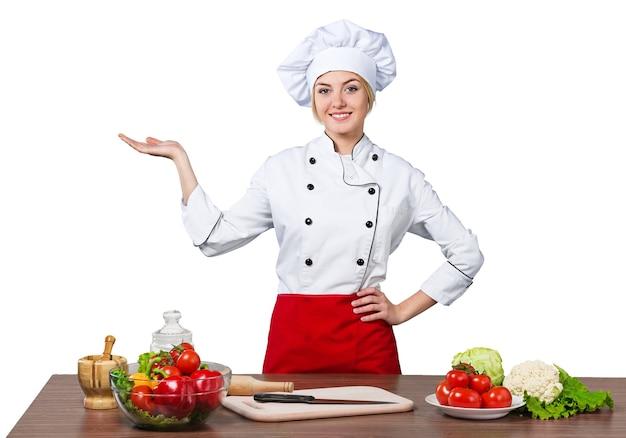 若い美しい女性がキッチンで料理