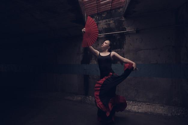 フラメンコを踊る若い美しい女性