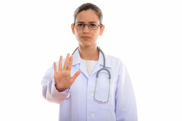 停止手ジェスチャーを示す若い美しい女性医師