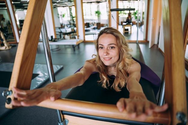체육관에서 피지컬 재활과 필라테스를 하는 젊은 미녀