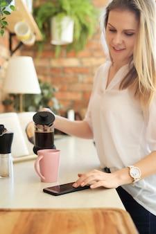 Молодая красивая женщина пьет кофе