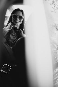그녀의 차를 운전하는 젊은 아름 다운 여자