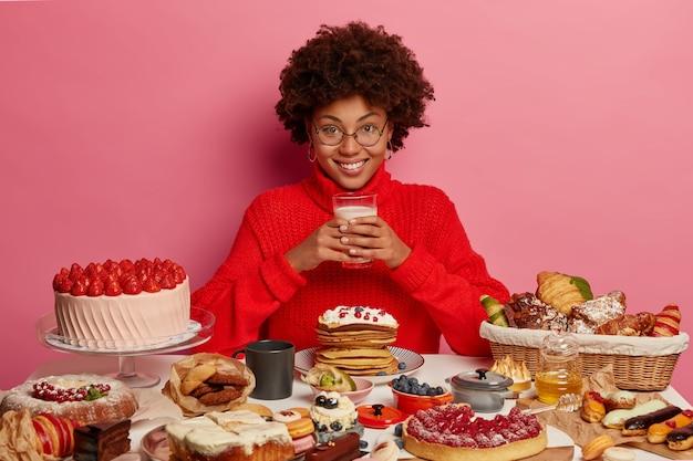 건강에 좋은 저녁 식사를 즐기는 젊은 아름 다운 여자