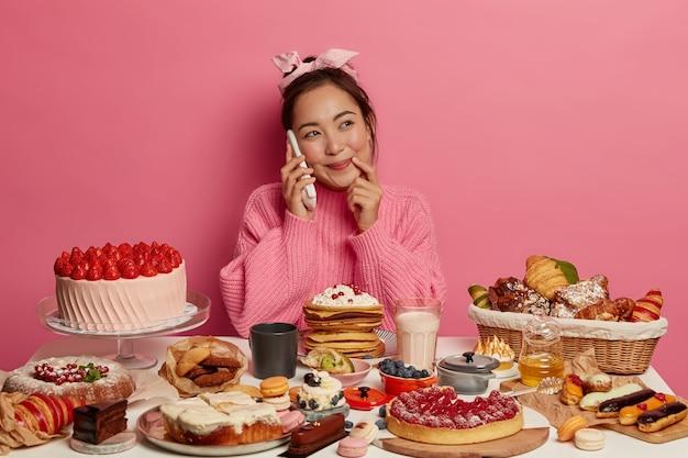 Молодая красивая женщина, наслаждаясь здоровым ужином
