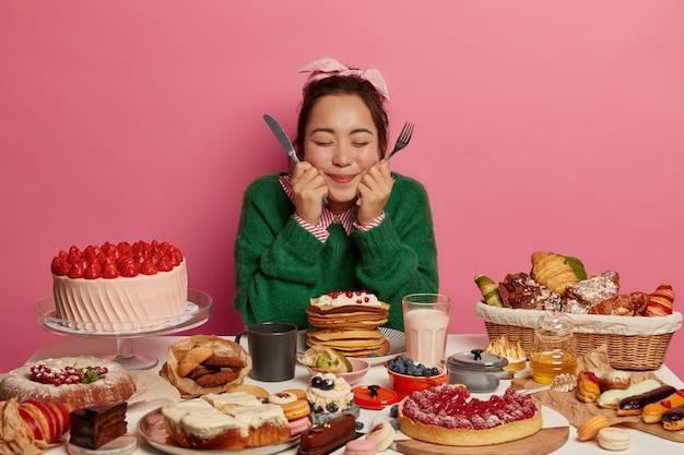 健康的な夕食を楽しんでいる若い美しい女性