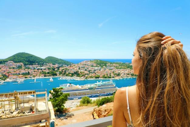 Молодая красивая женщина, наслаждаясь побережьем хорватии от города дубровник. летние каникулы в европе.