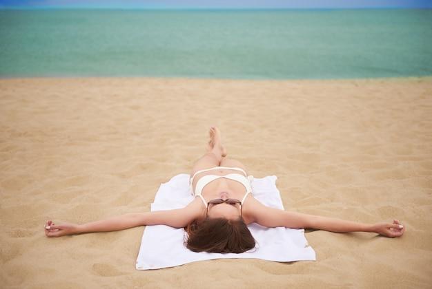 ビーチで楽しんでいる若い美しい女性