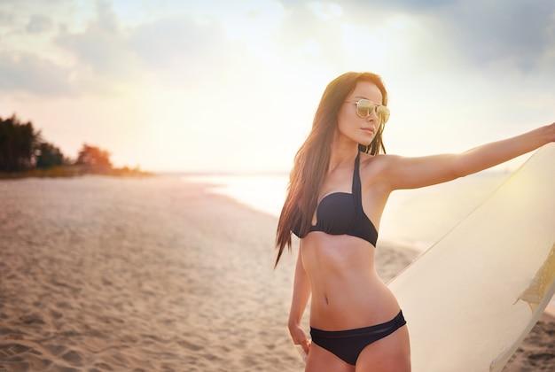 해변에서 재미 젊은 아름 다운 여자