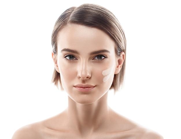 若い美しい女性の健康的な完璧な美しさの肌とナチュラルメイク。スタジオショット。