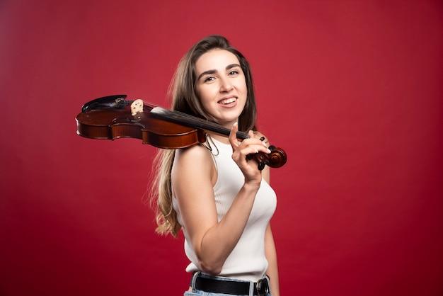 Молодая красивая женщина, держащая скрипку