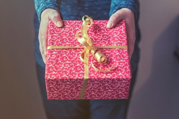 그녀의 손에 chrismtas 선물을 들고 젊은 아름 다운 여자