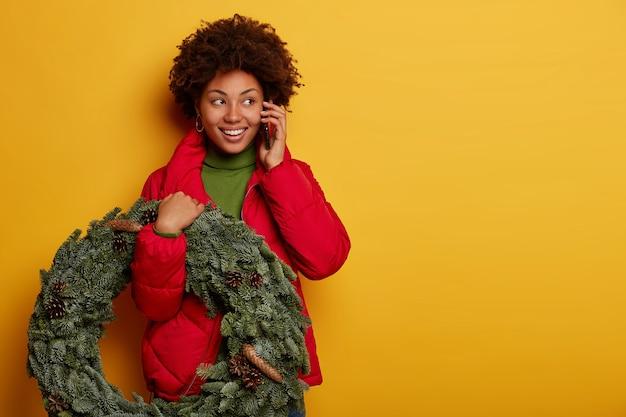Молодая красивая женщина, держащая рождественские украшения