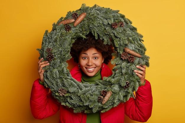 Молодая красивая женщина, держащая рождественские украшения Бесплатные Фотографии