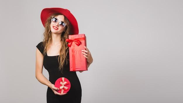 プレゼント、黒のドレス、赤い帽子、サングラス、幸せ、笑顔、セクシー、エレガント、ギフトボックス、祝う、肯定的な若い美しい女性