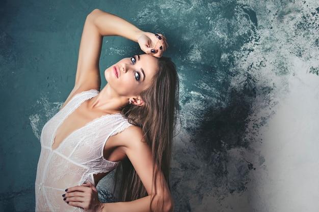 스튜디오에서 세련된 리넨 럭셔리 갈색 머리에 젊은 아름 다운 여자