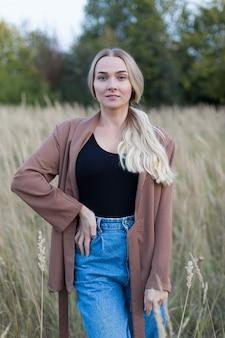 Молодая красивая женщина в поле на закате.