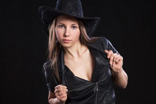 革のジャケットの若い美しい女性