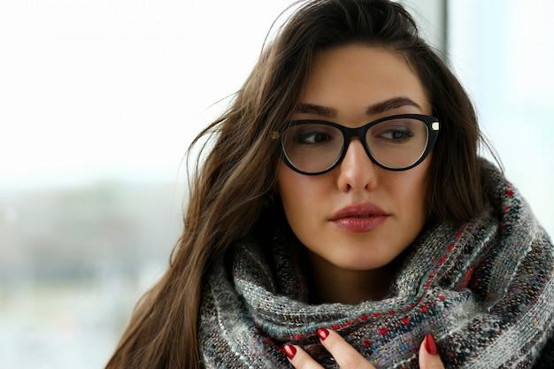 スカーフの肖像画の若い美しい女性は