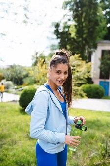 Молодая красивая женщина в спортивном костюме после тренировки по йоге