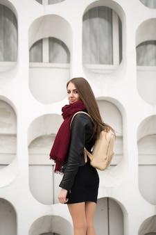 Молодая красивая женщина в стильном наряде