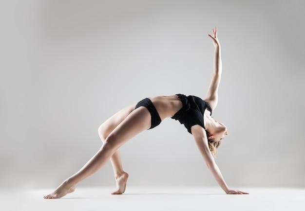 黒のtシャツと黒のショートパンツダンス、スタジオシリーズの若い美しい女性