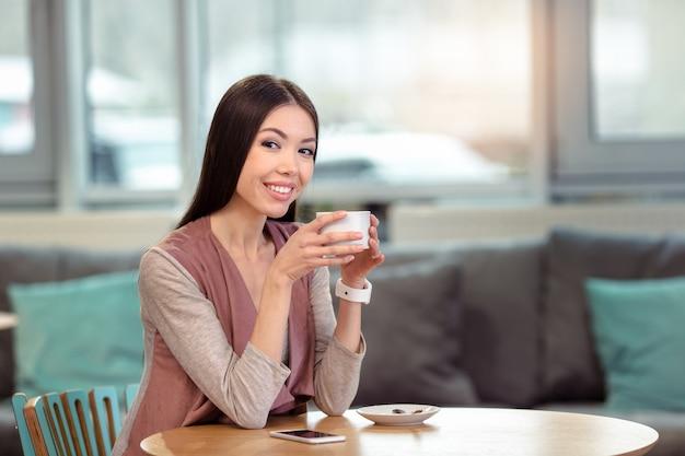 カフェで若い美しい女性