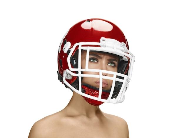 흰 벽에 고립 된 헬멧에 젊은 아름 다운 여자