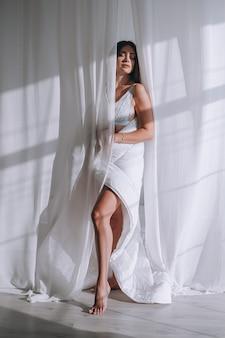 Молодая красивая женщина в нижнем белье