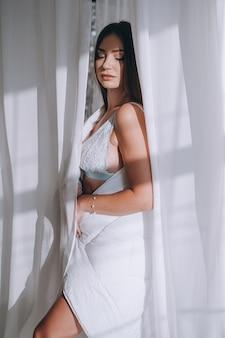 란제리에서 젊은 아름 다운 여자