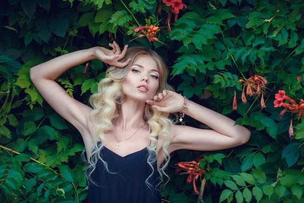 긴 분홍색 이브닝 드레스 공원에서 경로 걷는 젊은 아름 다운 여자. 화려한 아름 다운 여자 야외의 패션 스타일 초상화