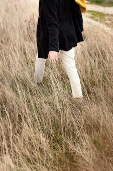Молодая красивая женщина на природе крупным планом
