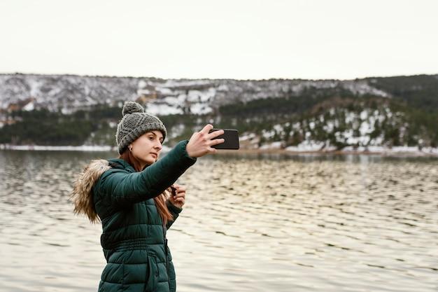 자연 사진을 찍고 젊은 아름 다운 여자