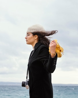 카메라와 함께 자연 속에서 젊은 아름 다운 여자