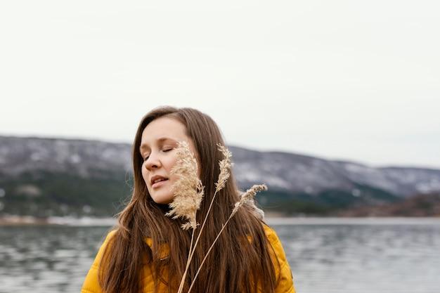 자연 속에서 젊은 아름 다운 여자