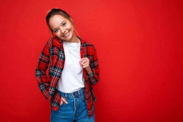 Молодая красивая женщина в стильной красной хипстерской рубашке и повседневной белой футболке для позитивного макета