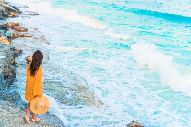 Молодая красивая женщина на закате океана