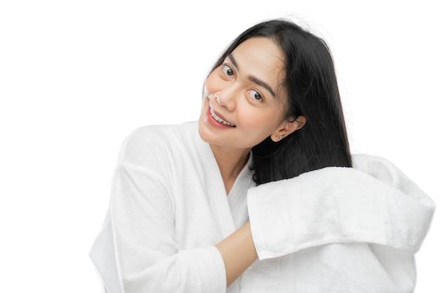 タオルで泳いだ後、タオルで髪を乾かすタオルで若い美しい女性
