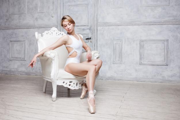 화이트 댄스 leotard 및 pointe 신발에 젊은 아름 다운 여자