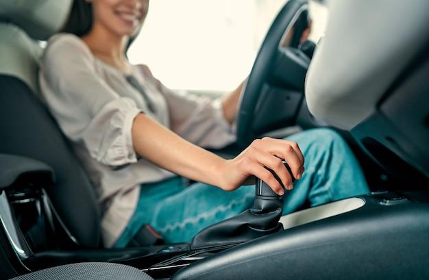 Молодая красивая женщина выбирает новый автомобиль в автосалоне. дама в салоне автомобиля. женщина покупает машину.