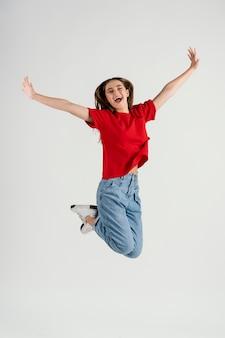ジャンプする若い美しい女性 Premium写真