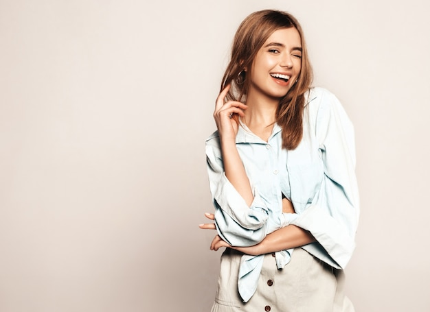 아름 다운 젊은 여자를 찾고. 캐주얼 여름 옷을 입고 유행 소녀입니다. 긍정적 인 재미있는 모델. 윙크