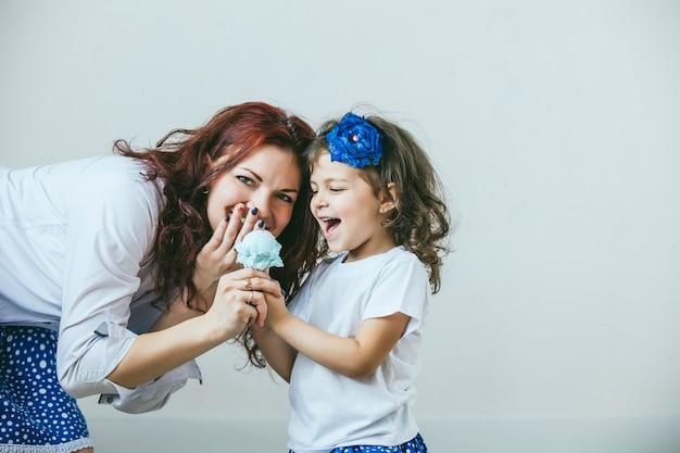 Молодая красивая женщина, мать и дочь с игрушкой, сладкие счастливые портреты крупным планом