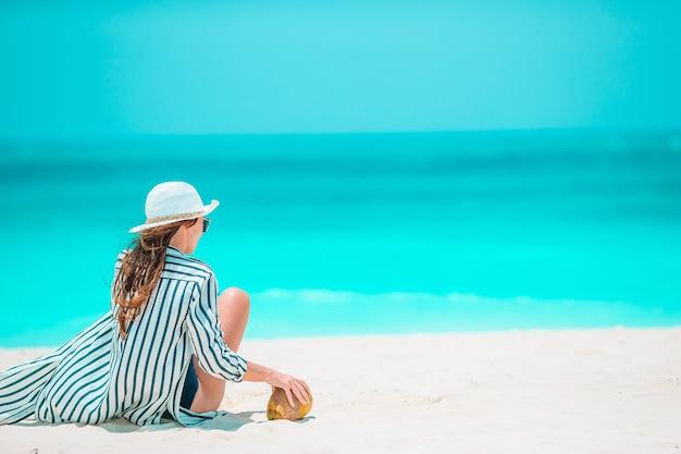 カリブのビーチでの休暇の若い美しい女性